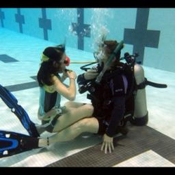 Défis sous-marins pour 2 jeunes comédiennes… / Underwater challenges for 2 young actresses