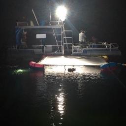 Studio sous-marin de nuit en milieu naturel / Underwater studio at night in a natural setting
